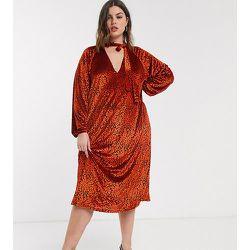 ASOS DESIGN Curve - Robe mi-longue en velours imprimé animal avec lien à l'encolure - Rouge - ASOS Curve - Modalova