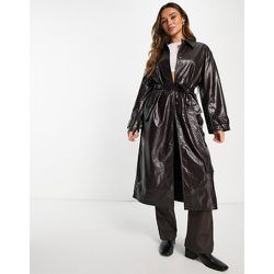 Trench-coat en similicuir effet froissé - Bordeaux - ASOS DESIGN - Modalova