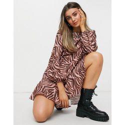 Robe babydoll courte à imprimé tigré - chi chi london - Modalova