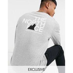 Exclusivité ASOS - - T-shirt à manches longues avec logo imprimé au dos - The North Face - Modalova