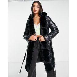Veste matelassée longue avec capuche en fausse fourrure et ceinture - Lipsy - Modalova