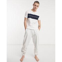 T-shirt ras de cou confort avec empiècement contrastant sur le devant et logo - Tommy Hilfiger - Modalova