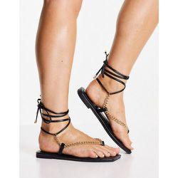 Sandales plates à entre-doigt avec chaîne et lien à nouer sur la jambe - Truffle Collection - Modalova