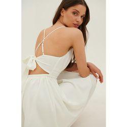 Robe Mini Nouée Dans Le Dos - White - Anika Teller x NA-KD - Modalova