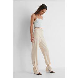 Pantalon De Costume - Beige - Danaë x NA-KD - Modalova