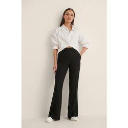 Pantalon De Costume Évasé À Plis Sur Le Devant - Black - NA-KD Trend - Modalova
