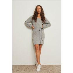 Recyclée robe mini ceinturée à épaules tombantes - Grey - Pamela x NA-KD Reborn - Modalova